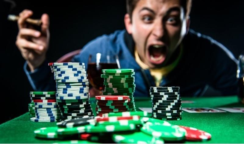 kiem-che-ban-than-khi-choi-poker-compressed.jpg